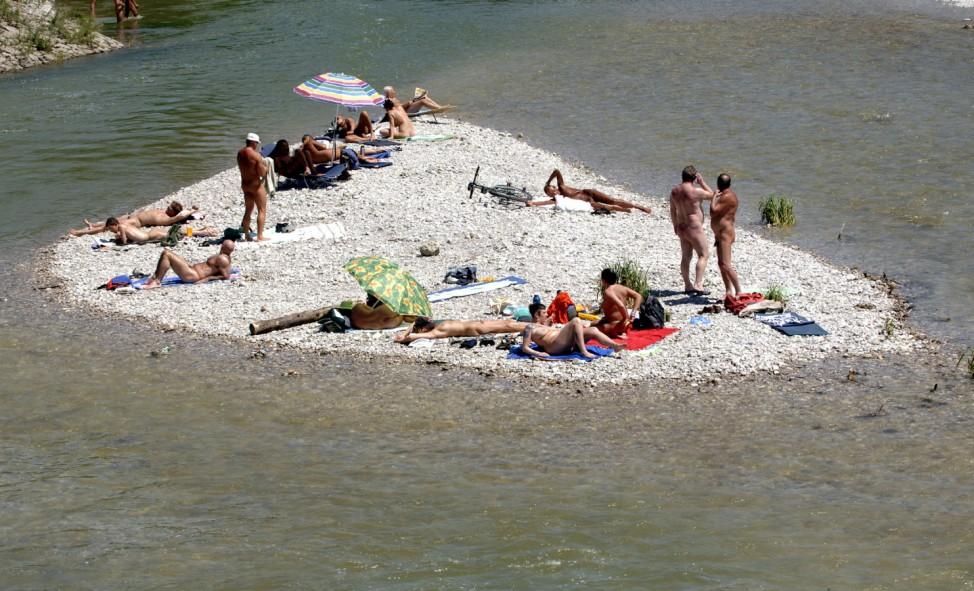 Unbekleidete Badegäste am Flaucher