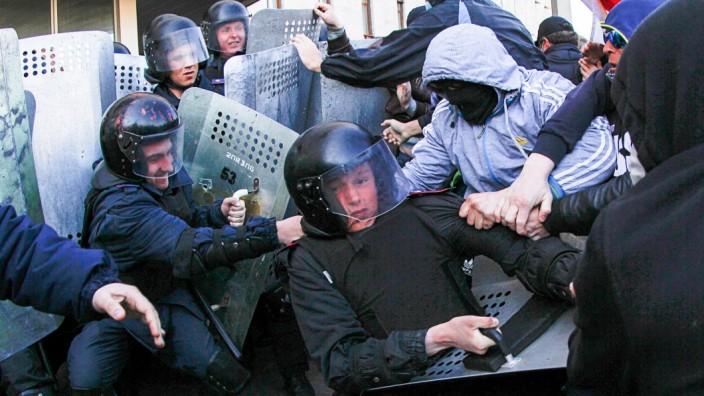 Krise in der Ukraine: Prorussische Demonstranten gehen am vergangenen Sonntag vor einem Regierungsgebäude in der ostukrainischen Stadt Donezk auf die Sicherheitskräfte los