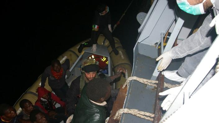 Mittelmeer: Tausende Flüchtlinge wurden von der italienischen Marine aus dem Mittelmeer gerettet.