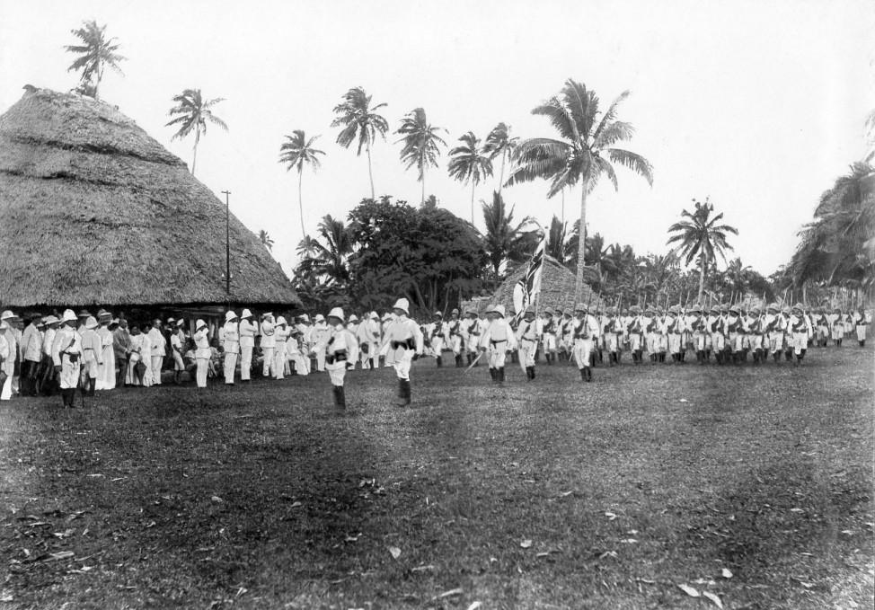 Parade deutscher Truppen in Apia in der Kolonie Samoa, 1910