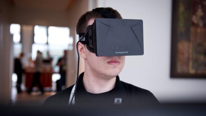 Ein Mann spielt ein Spiel mit der Virtual-Reality-Brille Oculus Rift