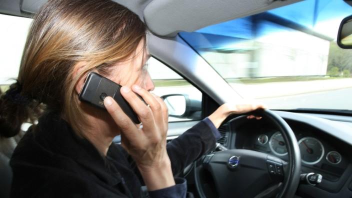 Bußgeldkatalog Punktekatalog Autofahrer mit Handy am Steuer
