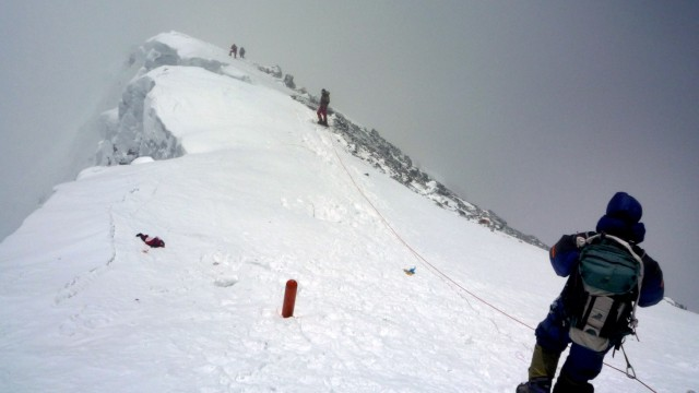 Bergsteiger beim Abstieg vom Mount Everest