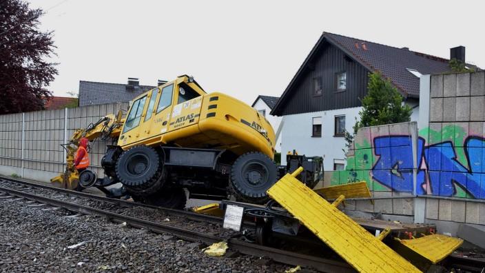 Nach dem Zusammenstoß mit der S-Bahn hat der Bagger einen Teil der Lärmschutzwand in Olching mitgerissen.