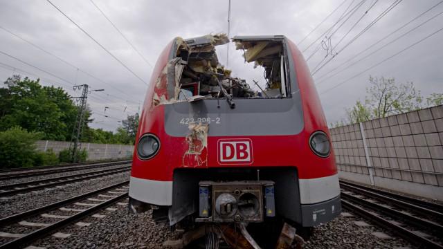 S-Bahn rammt Bagger.