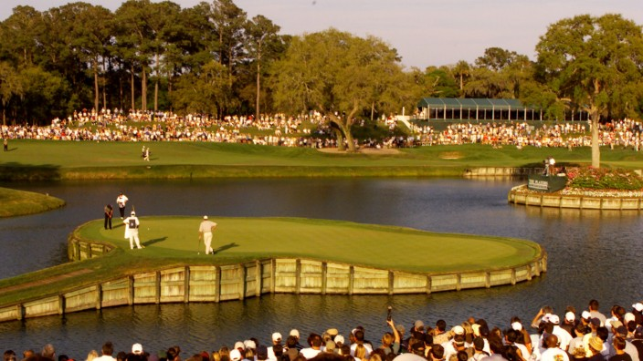WOODS PUTTS ON 17 AT TOURNAMENT PLAYERS CHAMPIONSHIP