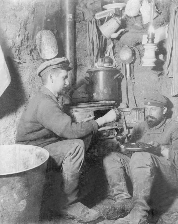 Deutsche Soldaten in einem Unterstand, 1915