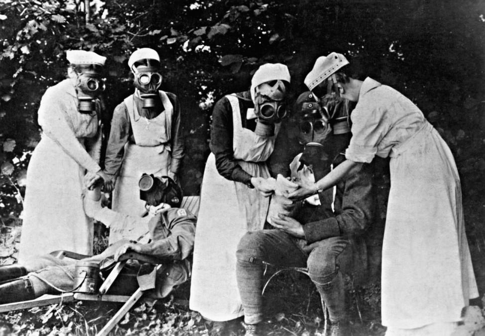 Erste Hilfe nach einem Gasangriff, 1917