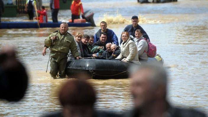 Überschwemmungen auf dem Balkan: Eine Menschengruppe im serbischen Obrenovac wird vor den Fluten in Sicherheit gebracht.