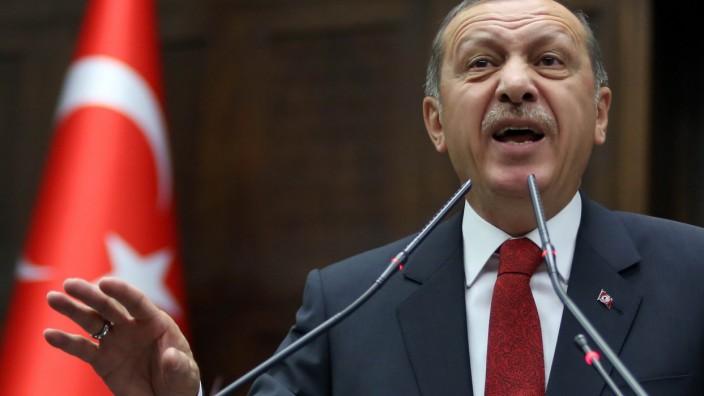 Erdoğan in Köln: Der türkische Ministerpräsident Recep Tayyip Erdoğan will in Köln bei Deutsch-Türken für sich und seine Partei AKP werben.
