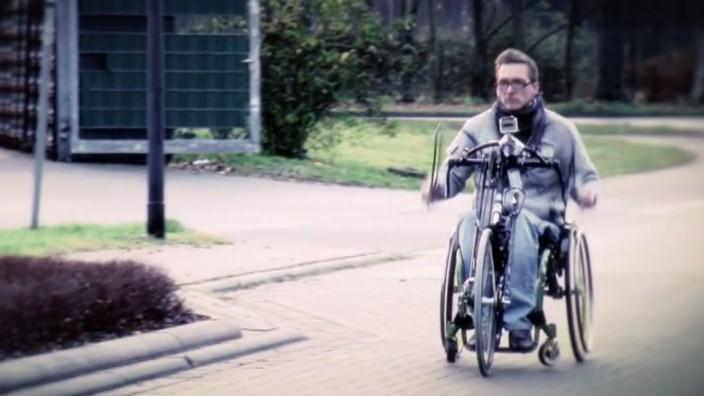 RTL-Doku über Querschnittslähmung: Dennis ist gelähmt. Jetzt will er wieder laufen lernen.