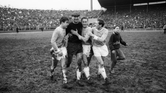 Bundesliga-Geschichte: Die 1860-Spieler Bernd Patzke, Keeper Petar Radenkovic, Rudolf Zeiser und Rudolf Steiner (v.l.) jubeln in der Spielzeit 1966/67 über ihr 1:0 im Derby.