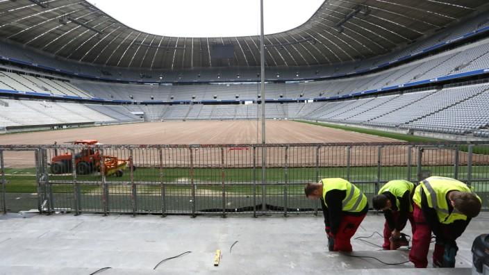 Sommerpause im Fußball - und im Fröttmaninger Stadion wird gearbeitet: Auf dem Feld wird ein neuer Rasen verlegt und der Stehplatzbereich der Südkurve wird umgestaltet, um dort mehr Fans unterzubringe