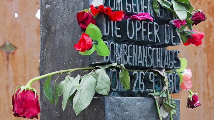 Oktoberfestattentat: Eine Gedenkstätte am Eingang der Wiesn erinnert an die 13 Toten des Attentats von 1980