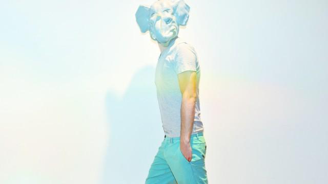 Stilblog Modezirkus: Männer in kurzen Hosen: Für Shorts gilt das gleiche wie für Chinos: Es darf derzeit gern auch mal pastellig sein. (Hose: Etiqueta Negra; T-Shirt: Diesel; Segelschuhe: Timberland)