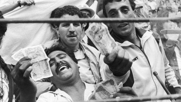 Es war einmal WM - 1982: Da habt ihr euer Geld: Algerische Fans beim Spiel zwischen Österreich und Deutschland.