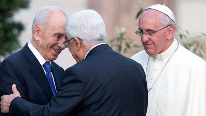 Pope Francis welcomes Peres, Abbas
