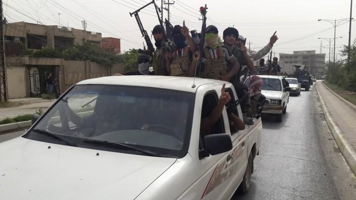 Isis-Kämpfer fahren durch die Straßen von Mossul.