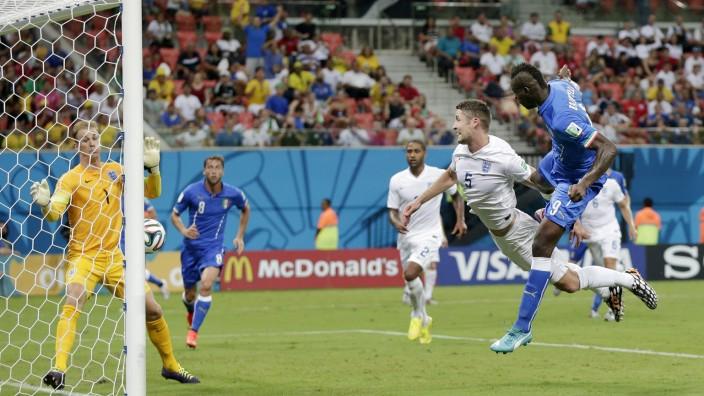 Italiens Sieg bei der Fußball-WM: Kommt ein Balotelli geflogen: Italiens Stürmer erzielt per Kopf das 2:1 gegen England.
