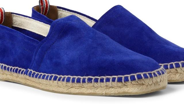 Mode für den Strandurlaub: Der Schuh, der den Mann zum Strandgott macht, ist der Espadrille, hier ein Paar in Königsblau von Castaner (über mrporter.com).