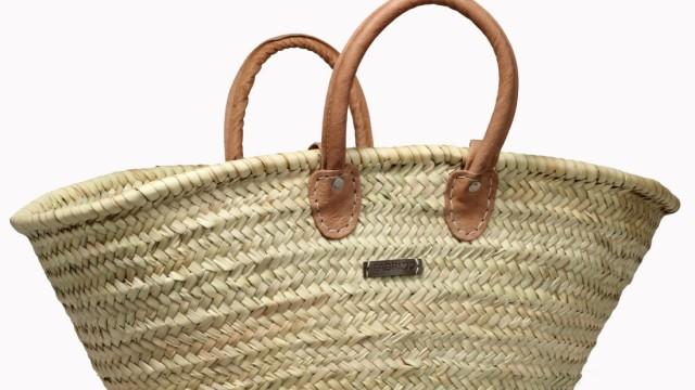 Mode für den Strandurlaub: Die Basttasche darf minimalistisch sein, wie die von Fabrizio (über Amazon).
