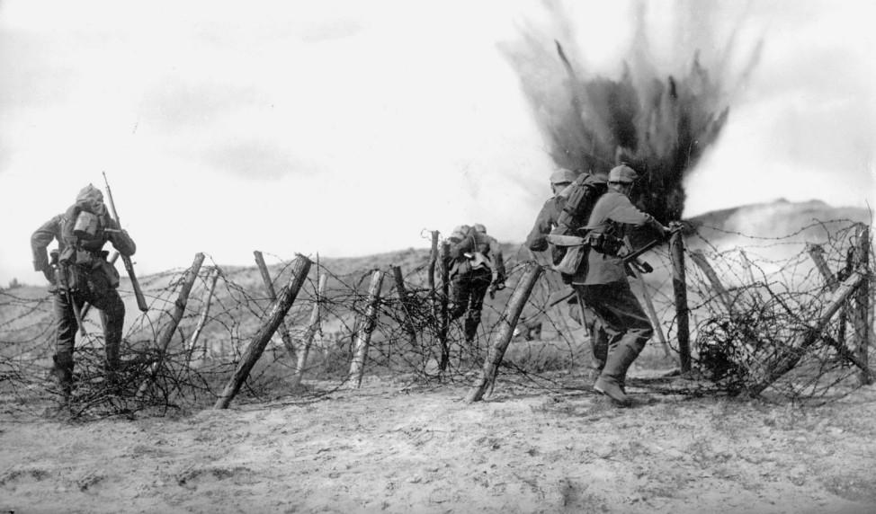 Deutsche Soldaten beim Angriff, 1915