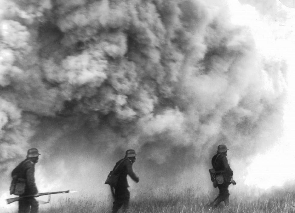 Deutsche Soldaten während eines Gasangriffs bei Ypern, 1915