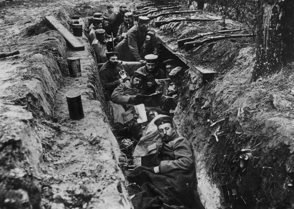 Deutsche Soldaten in einem Schützengraben an der Westfront, 1915