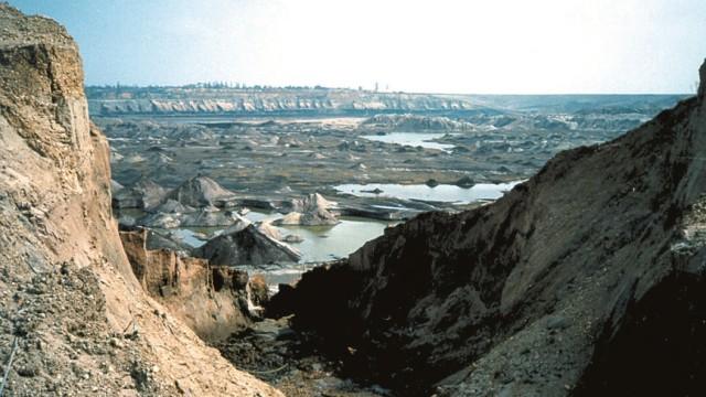 Riesige ausgekohlte Flächen und Abraumhalden: Was übrig bleibt, wenn ein Braunkohletagebau eingestellt wird, sieht aus wie eine Kraterlandschaft.