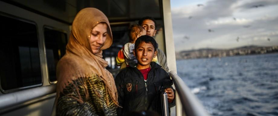 Flüchtlinge aus Aleppo bei der Fahrt in die Türkei
