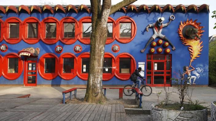 Bildungserfolge an der Rütli-Schule: Früher druckten die Zeitungen eine düstere Fassade zu Rütli-Geschichten. Heute lässt sich der Einfallsreichtum hier schon von außen erkennen.