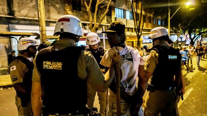 Brasilien nach dem WM-Ausscheiden: Nach dem verlorenen Halbfinalspiel verhaftet die Polizei in der Nacht in Belo Horizonte einen Mann