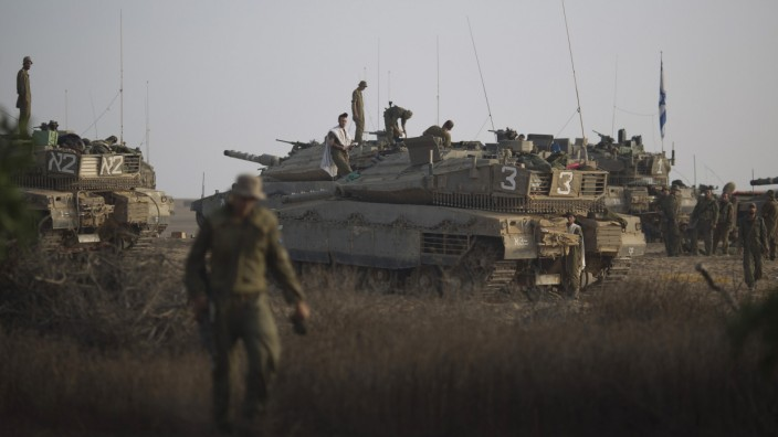 Nahostkonflikt: Krise im Nahen Osten: Israelische Soldaten bei ihren Panzern nahe der Grenze zum Gazastreifen.