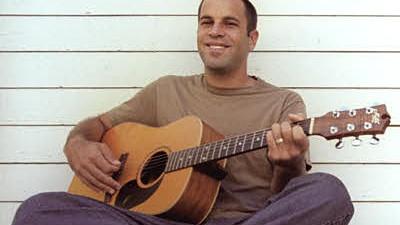 Im Interview: Jack Johnson: Alles easy: Jack Johnson und seine Gitarre. Welch friedlicheres Bild könnte es geben?