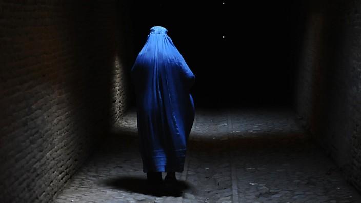 Frankreich: Frau in einer Burka.