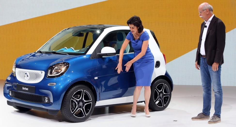 Smart-Chefin Annette Winkler und Daimler-Vorstandschef Dieter Zetsche präsentieren den neuen Smart Fortwo.