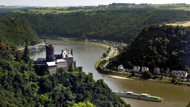 Ausflugsschiff bei Burg Katz, Radfernwege in Deutschland, Rhein-Radweg