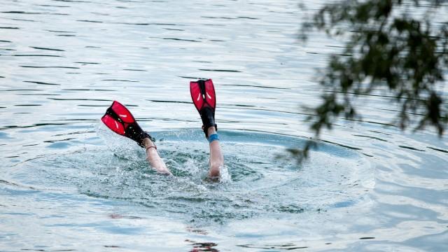 Feldkirchner Wasserwacht am Heimstettener See, 60-jähriges Jubiläum, bzw. Schmuckfoto Nord: Mädchen mit Flossen beim Tauchen