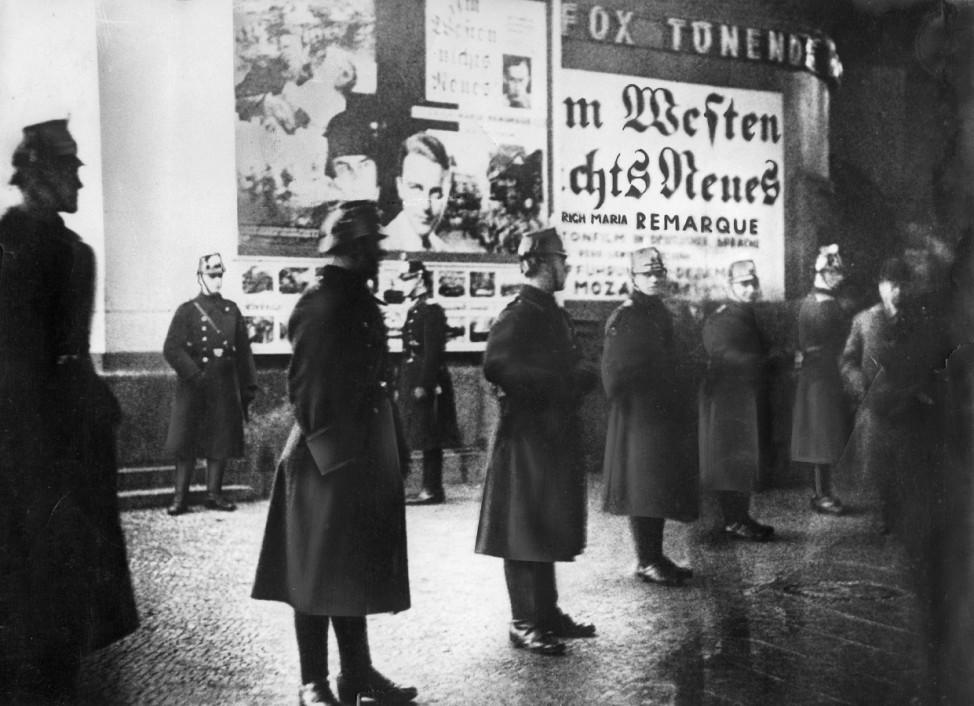"""Unruhen bei der Uraufführung des Films """"Im Westen nichts Neues"""", 1930"""