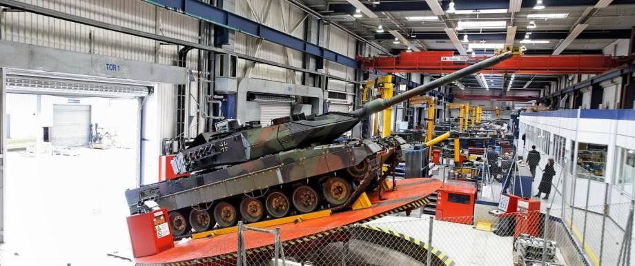 Streit um Rüstungsexporte: Blick in die Fabrikhalle der Waffenschmiede Krauss-Maffei Wegmann im Nordwesten von München