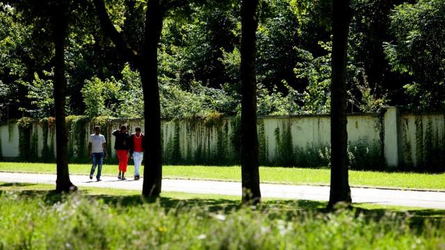 Straßenszene entl. der Heidemannstraße mit Flüchtlingen vor der Kasernenmauer
