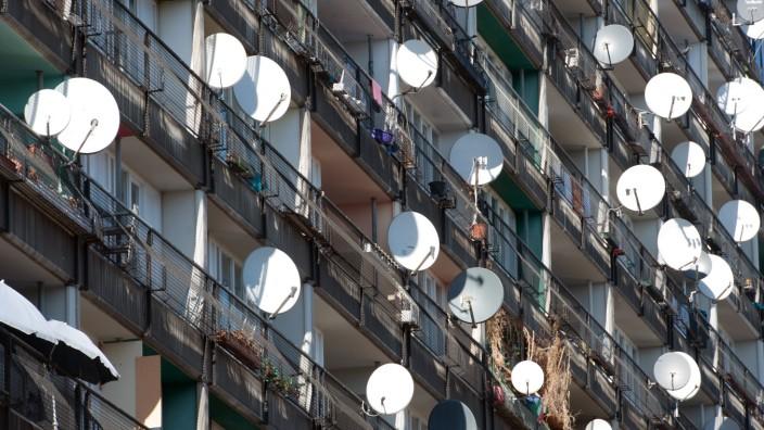Satellitenschüsseln an Balkonen