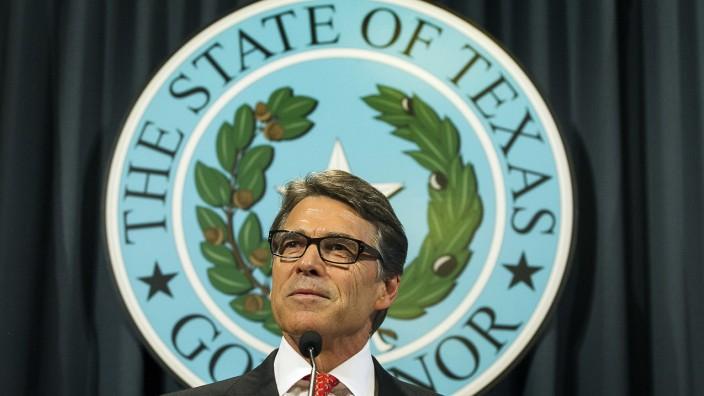 """Anklage gegen Gouverneur von Texas: Der texanische Gouverneur Rick Perry bezeichnet seine Anklage bei einer Pressekonferenz als """"Farce""""."""
