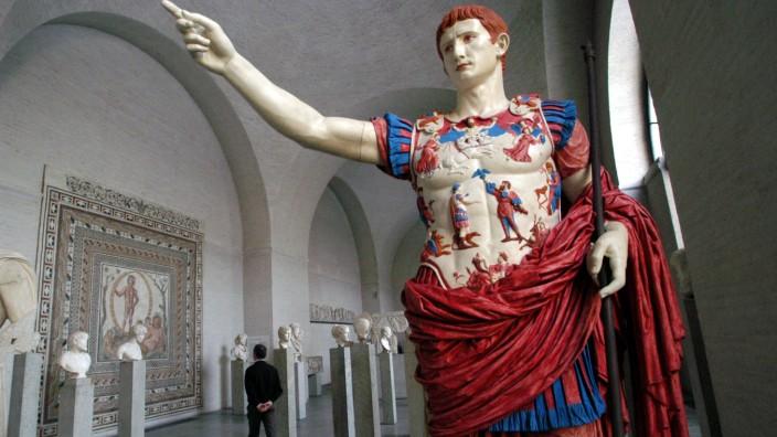 Rekonstruktion farbiger antiker Skulpturen in der Münchner Glyptothek, 2003