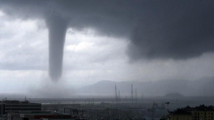 Naturkatastrophen: Ein Tornado vor der Küste Italiens