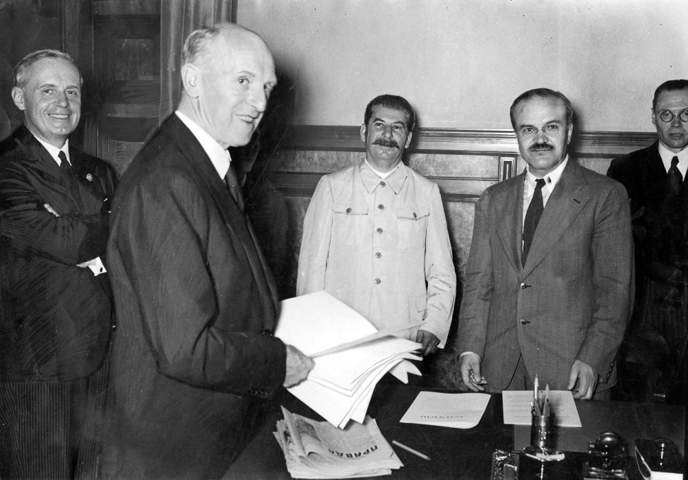 Ribbentrop, Gaus, Stalin, Molotow, Hilger bei der Unterzeichnung des Hitler-Stalin-Paktes