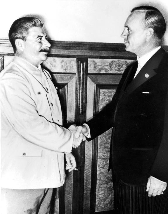 von Ribbentrop und Stalin nach Abschluß des Hitler-Stalin-Paktes in Moskau, 1939
