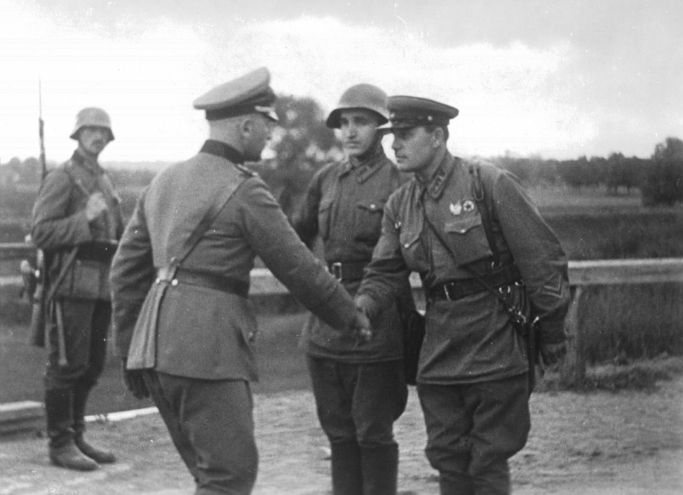 Deutscher und russischer Offizier begrüßen sich in Polen, 1939