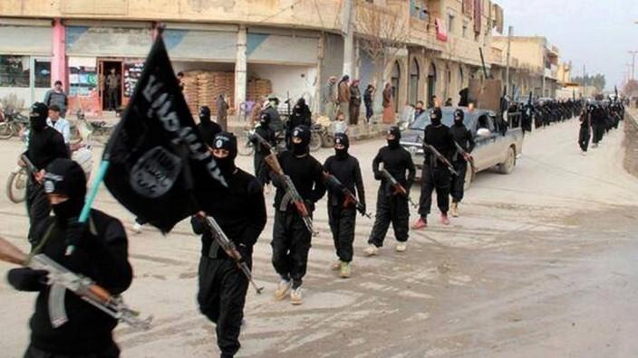 Strategie von IS und al-Qaida: Bereits Ende 2013 gab es Medienberichte, wonach die Radikalsunniten, die sich damals noch Isis nannten, gezielt Jagd auf westliche Reporter machen (im Bild: IS-Terroristen in der syrischen Stadt Rakka im Januar 2014)