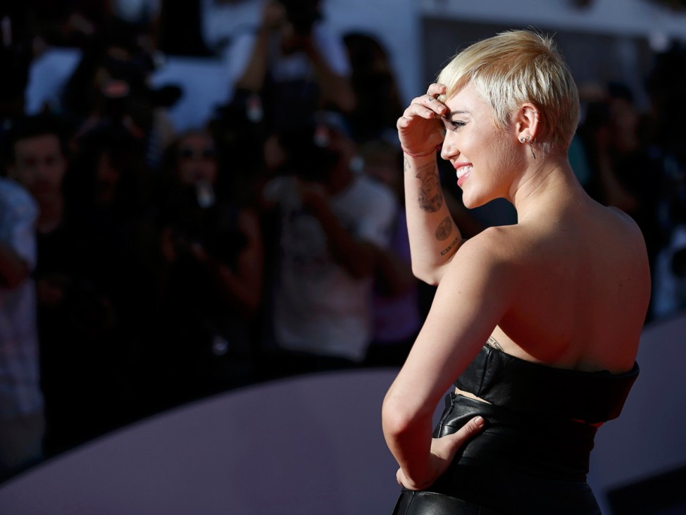 Miley Cyrus arrives at the 2014 MTV Video Music Awards in Inglewood